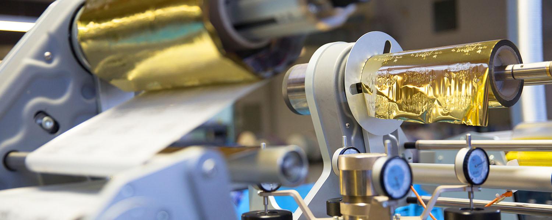Druckmaschine mit Goldfolie - Clever Foliendruck GmbH